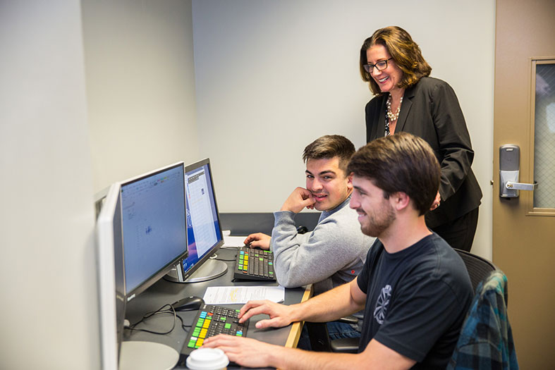 GSB Dean observes students working on Bloomberg Lab technology.